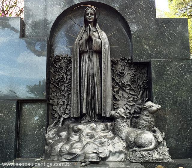 Uma das poucas esculturas grandiosas presentes no Chora Menino