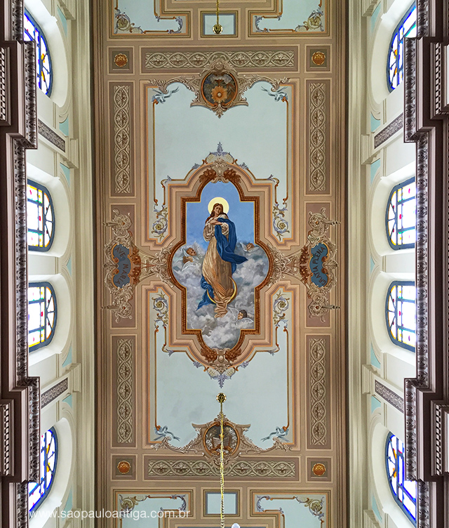 As pinturas do teto foram minuciosamente restauradas