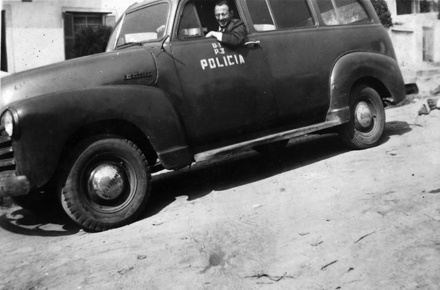 Milton Bednarski em viatura da polícia, anos 50 (clique para ampliar)