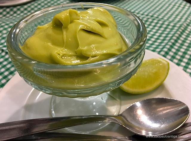 Com um toque de limão, o creme de abacate fica ainda mais delicioso (clique para ampliar)